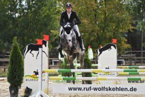 DSC 1847 300x200 - Burghof-Pferde glänzen auf dem Heimturnier
