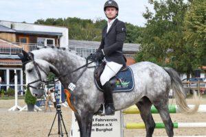 DSC 2022 Cornet 300x200 - Burghof-Pferde glänzen auf dem Heimturnier